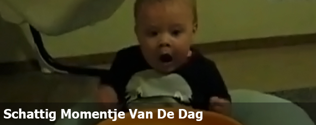 Schattig Momentje Van De Dag; baby heel blij met nieuw speelgoed