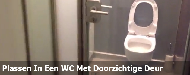 Plassen In Een WC Met Doorzichtige Deur