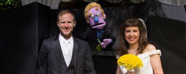 PrutsFM.nl Joe en Tammy waren als kind al dol op Sesamstraat. Het verliefde stel gaat trouwen, en zoals elk verloofd koppel, vinden ze dat de trouwerij heel speciaal moet worden. En speciaal wordt het! Ze huren popen in. Er is een rabbijn, een jury, een kapitein van een schip, en de ring beer.