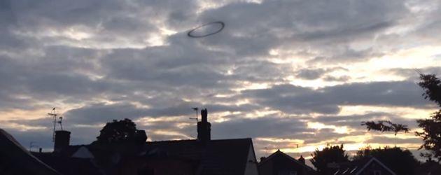 PrutsFM.nl Een mysterieuze ring vloog dit weekend over het Engelse Nottingham. Is het een UFO? Is het een rookring? Of toch een demonische portaal naar de brandende poorten van de hel?
