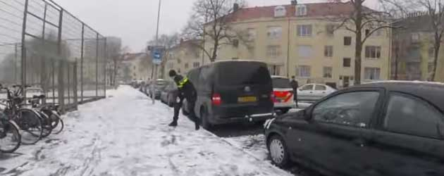 Nederlandse politie doet mee aan een sneeuwballen gevecht