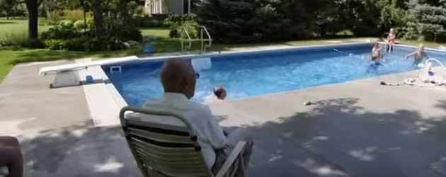 93-Jarige Bejaarde Bouwt Zwembad In Tuin
