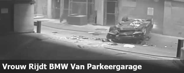 Vrouw Rijdt BMW Van 7e Verdieping Parkeergarage