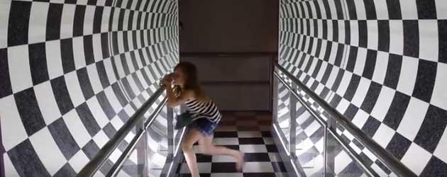 Meisje Heeft Grote Moeite Met Optische Tunnel