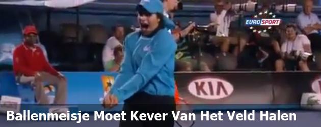 Ballenmeisje Moet Kever Van Het Veld Halen