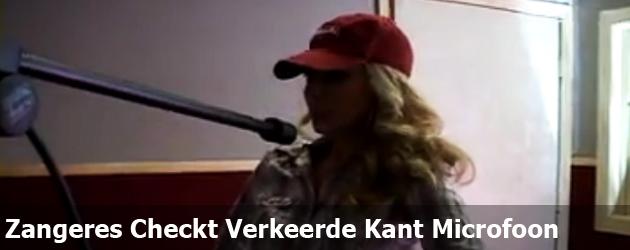 Zangeres Checkt Verkeerde Kant Microfoon