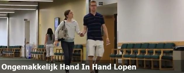 Ongemakkelijk Hand In Hand Lopen