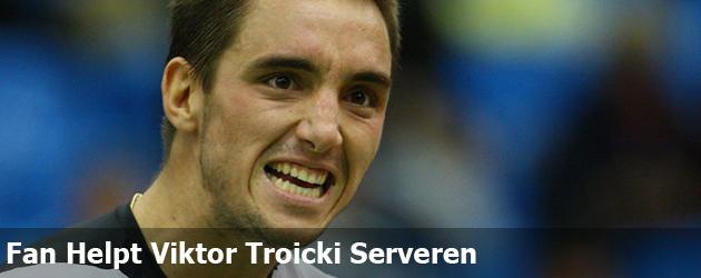 Fan Helpt Viktor Troicki Serveren