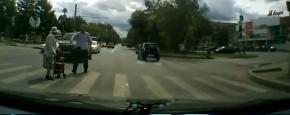 Schattig Momentje Van De Dag; automobilist helpt oma met oversteken