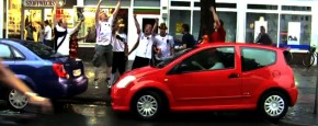 Vrouw Heeft Fans Tijdens Inparkeren