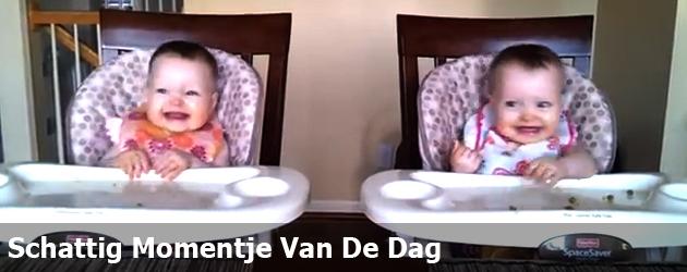 Schattig Momentje Van De Dag ; baby tweeling los op gitaar muziek