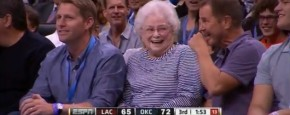 Oma Krijgt Kusje Van NBA-Speler Kevin Durant