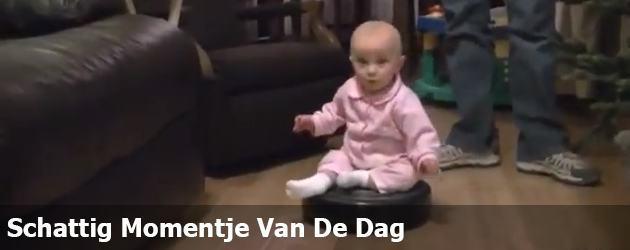 Schattig Momentje Van De Da; baby op robot stofzuiger