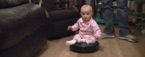 Schattig Momentje Van De Dag; baby op robot stofzuiger