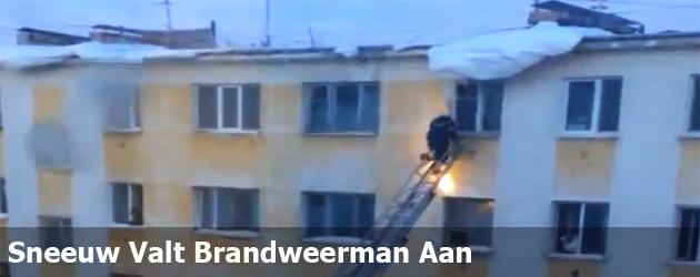 Sneeuw Valt Brandweerman Aan