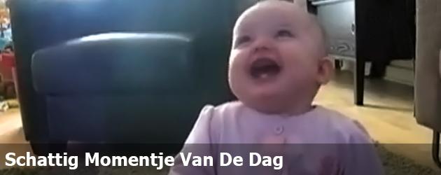 Schattig Momentje Van De Dag; baby heeft dikke pret