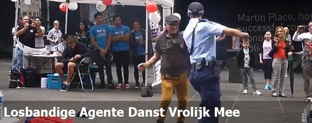 Losbandige Agente Danst Vrolijk Mee