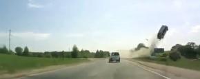 Vliegende Auto In Dashcam Filmpje