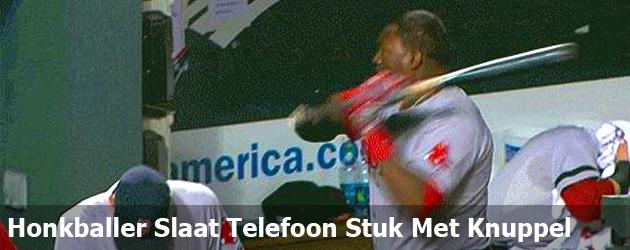 Honkballer Slaat Telefoon Stuk Met Knuppel
