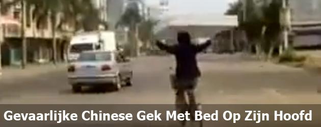 Gevaarlijke Chinese Gek Met Bed Op Zijn Hoofd