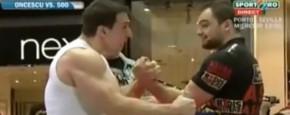 Pro Armworstelaar Versus Pro Bodybuilder