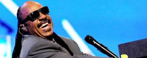 Stevie Wonder Jamt Met Straatmuzikant