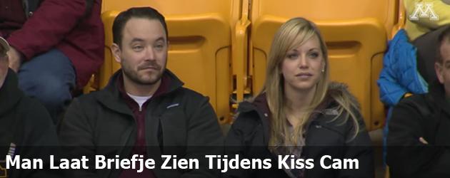 Man Laat Briefje Zien Tijdens Kiss Cam