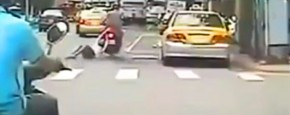 Ehmmm, Er Hangt Een Vrouw Aan Je Scooter