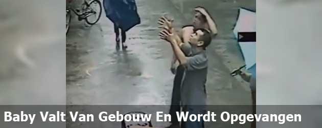 Baby Valt Van Gebouw En Wordt Opgevangen