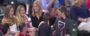 Jochie Versiert De Meisjes Met Zijn Honkbal