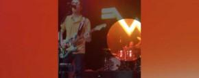 Weezer Drummer Vangt Frisbee