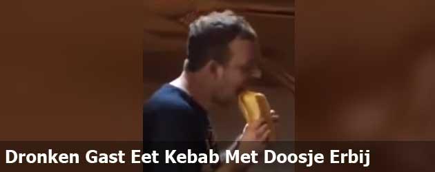 Dronken Gast Eet Kebab Met Doosje Erbij