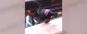Twee Onhandige Meisjes Proberen Te Vechten