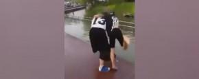 Dun Mannetje Gooit Dik Vrouwtje In Het Water
