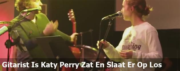 Gitarist Is Katy Perry Zat En Slaat Er Op Los