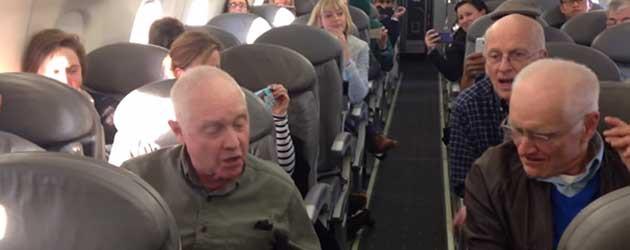 Zingende Opa's In Het Vliegtuig