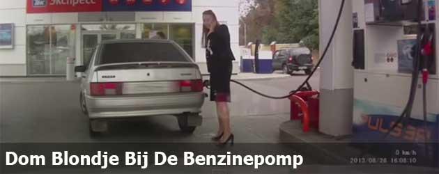 Erg Dom Blondje Bij De Benzinepomp