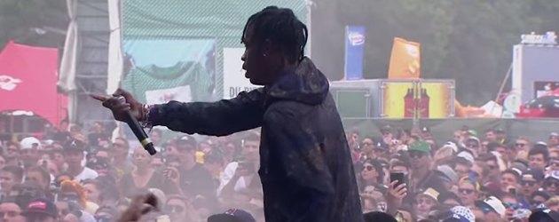 PrutsFM.nl Of het een goed idee is, om het publiek op te roepen tot het opfucken van de dief weet ik niet. Maar goed, dat is een ander verhaal. Het gaat hier om rapper Travis Scott, in Nederland niet heel bekent. Bij een optreden op het Openair festival in Zwitserland jat iemand zijn schoen. Een sneaker speciaal ontworpen door Kanye West. En dat pikt de boze rappert niet.