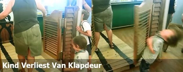 Kind Verliest Van Klapdeur