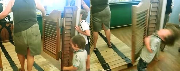 PrutsFM.nl Dat is een snelle, doch pijnlijke les. Een kind versus een klapdeur. De deur wint. Het kind heeft een trauma voor wapperende deurtjes.