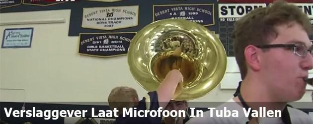 Verslaggever Laat Microfoon In Tuba Vallen