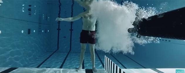 Gast Schiet Onderwater Kogel Op Zichzelf