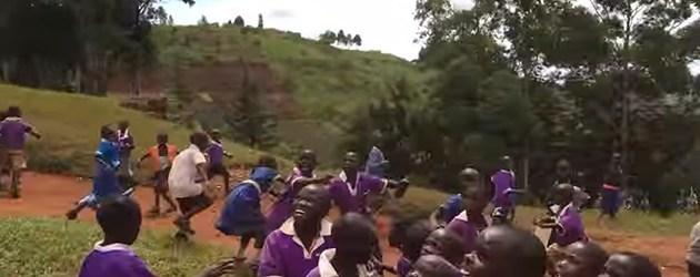 Afrikaanse kinderen zien voor de aller eerste keer een drone