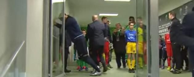 Zlatan Ibrahimovic Heeft Het Erg Lastig Met Een Deur