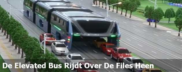 De Elevated Bus Rijdt Over De Files Heen