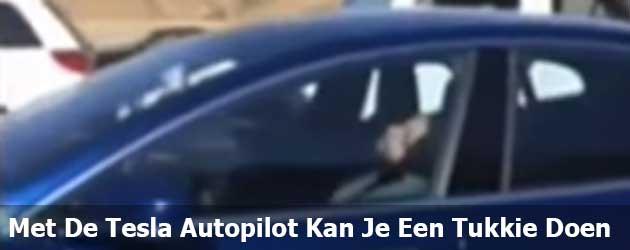 Met De Tesla Autopilot Kan Je lekker Een Tukkie Doen