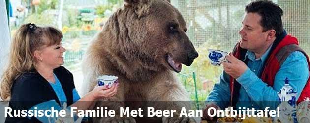 Russische Family Met Een Grote Beer Aan De Ontbijt Tafel