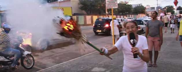 Vrouw Steekt Bezem Aan Met Olympische Vlam