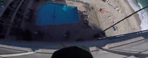 Gast Springt Van Hoog Balkon In Het Zwembad