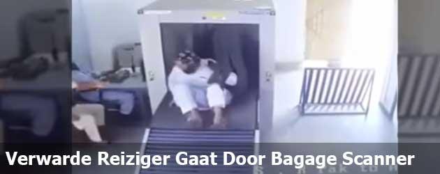 Verwarde reiziger gaat door de bagage scanner op het vliegveld